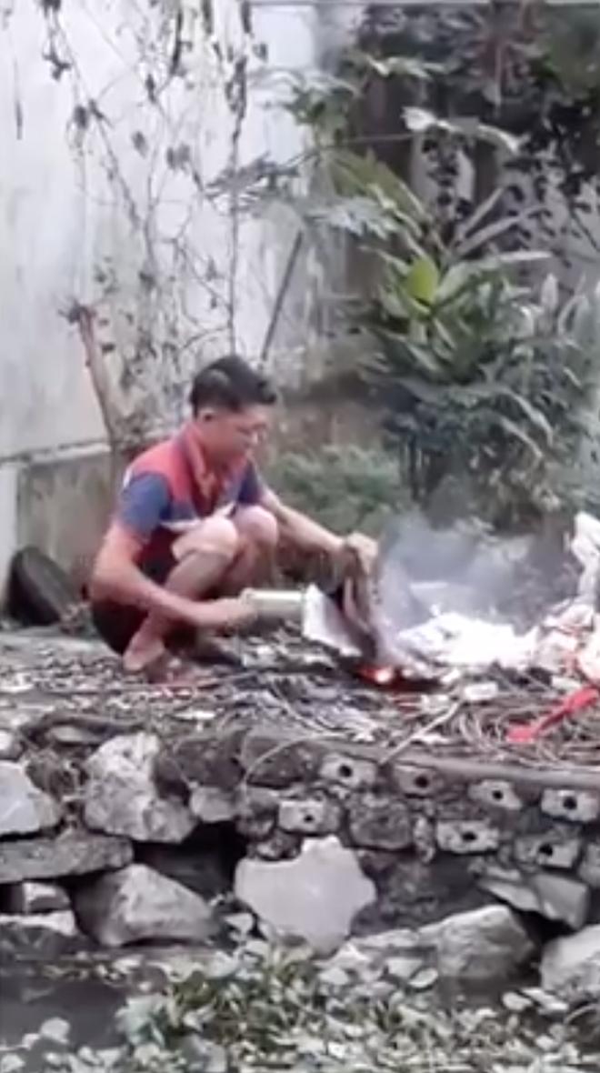 Người đàn ông mang quần áo, sách vở ra bờ ao đốt trước mặt con, chửi bới cả bố đẻ khiến nhiều người ngán ngẩm - Ảnh 2.