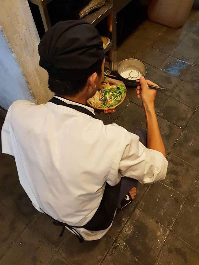 Chàng trai cầm bát mỳ ăn vội dưới góc bếp và nỗi niềm phía sau không phải ai cũng hiểu - Ảnh 1.
