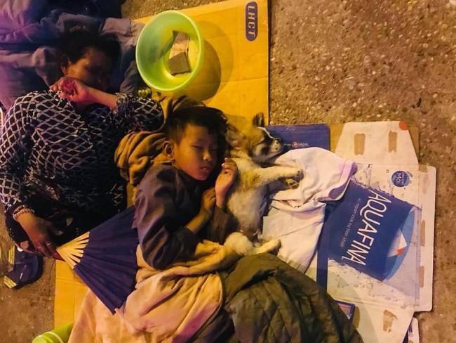 Giữa đêm Sài Gòn, gia đình 3 thành viên ôm nhau ngủ vùi dưới ánh đèn đường leo lét gây xúc động mạnh - Ảnh 1.