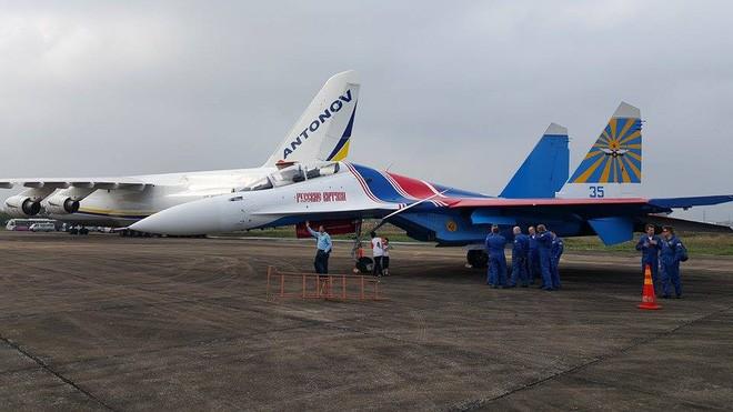 Tiêm kích Su-30SM dũng mãnh hạ cánh tại sân bay Nội Bài - Bung dù đẹp tuyệt vời - Ảnh 1.
