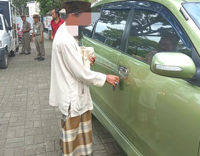 Người đàn ông ăn xin nhưng lại sở hữu cả ô tô khiến cộng đồng mạng chỉ trích gay gắt - Ảnh 1.
