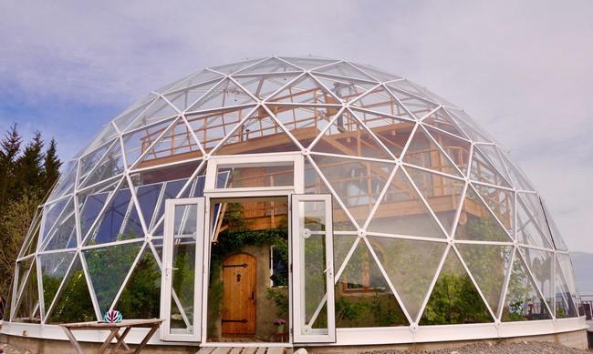 Ấn tượng với ngôi nhà trong suốt hình cầu đặc biệt được xây dựng ngay gần Bắc Cực của gia đình 6 người - Ảnh 1.