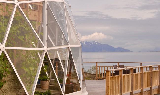 Ấn tượng với ngôi nhà trong suốt hình cầu đặc biệt được xây dựng ngay gần Bắc Cực của gia đình 6 người - Ảnh 2.