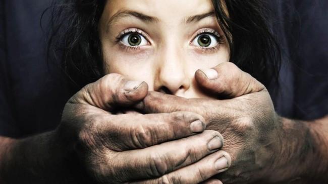 Bé gái 11 tuổi bị chính ông nội hãm hiếp suốt 1 năm mà không lên tiếng, đến khi được học giáo dục giới tính mới biết hành động đó là sai - Ảnh 2.