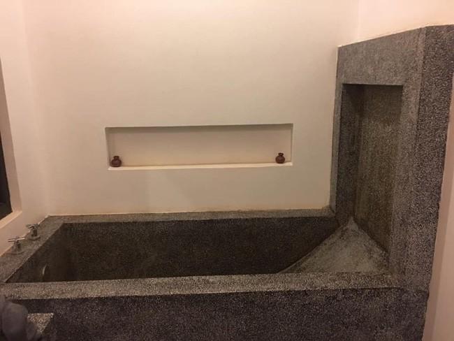 Đi du lịch chanh xả ở resort 4 sao, khách hết hồn khi nhìn bồn tắm giống hệt phần mộ, sợ nhất là 2 chiếc nến thơm - Ảnh 1.