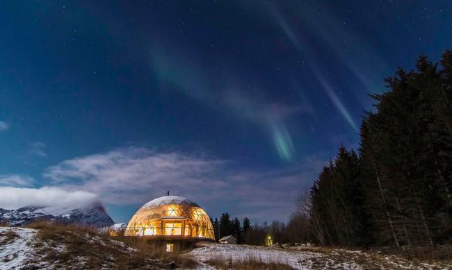 Ấn tượng với ngôi nhà trong suốt hình cầu đặc biệt được xây dựng ngay gần Bắc Cực của gia đình 6 người - Ảnh 12.