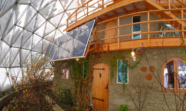 Ấn tượng với ngôi nhà trong suốt hình cầu đặc biệt được xây dựng ngay gần Bắc Cực của gia đình 6 người - Ảnh 4.