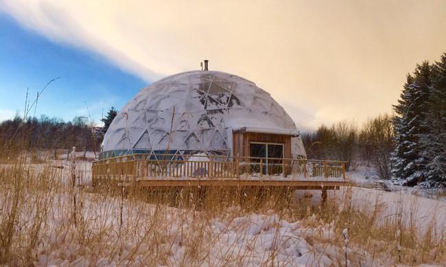 Ấn tượng với ngôi nhà trong suốt hình cầu đặc biệt được xây dựng ngay gần Bắc Cực của gia đình 6 người - Ảnh 6.