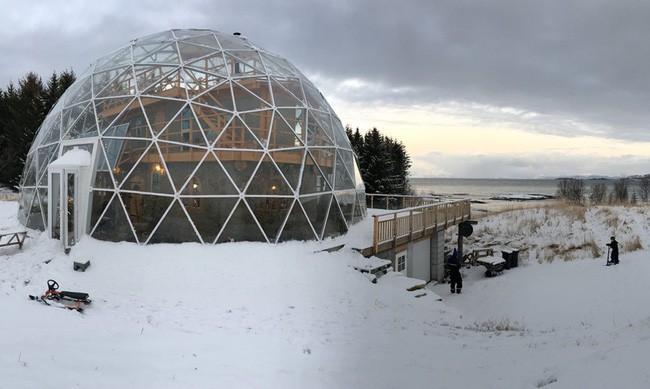 Ấn tượng với ngôi nhà trong suốt hình cầu đặc biệt được xây dựng ngay gần Bắc Cực của gia đình 6 người - Ảnh 7.