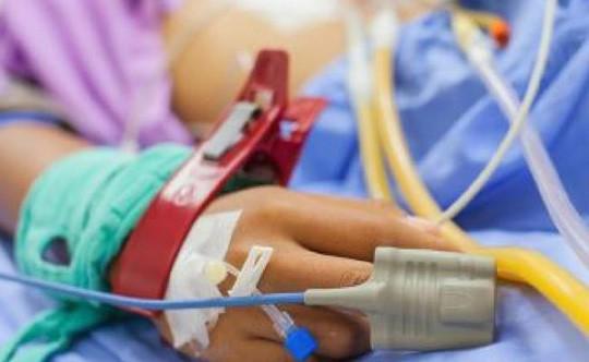 Nữ bệnh nhân bị nhân viên bệnh viện cưỡng hiếp tập thể - Ảnh 1.