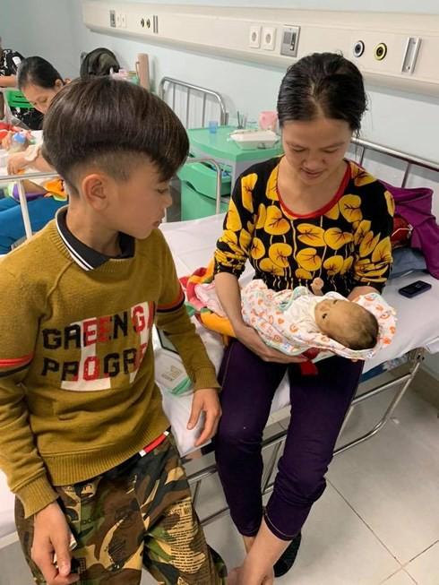 Em nhập viện cấp cứu, anh trai 13 tuổi đạp xe đạp từ Sơn La xuống Hà Nội thăm - Ảnh 1.