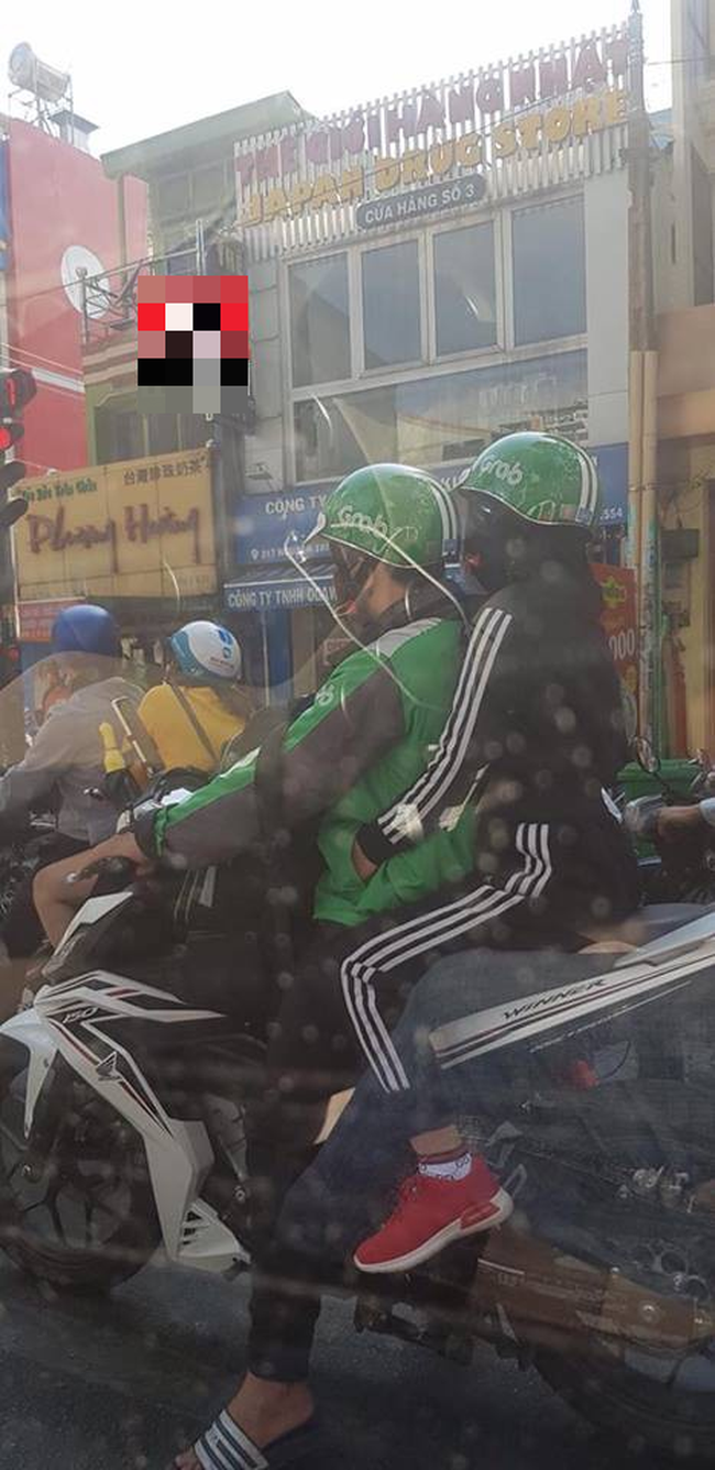 Nhìn cảnh gái xinh ngồi sau ôm chặt anh áo xanh, hội ế rủ nhau: Cho em làm Grabbike với, xe ôm công nghệ ơi! - Ảnh 1.