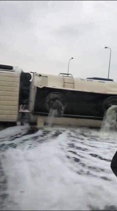 Xe chở xăng bị lật, người dân cầm chai lật đật chạy ra ăn hôi và hình ảnh bất lực của tài xế - Ảnh 3.