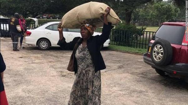 Làm việc tốt, người phụ nữ 71 tuổi được tỷ phú giàu nhất Zimbabwe tặng nhà, chu cấp tiền mỗi tháng - Ảnh 1.