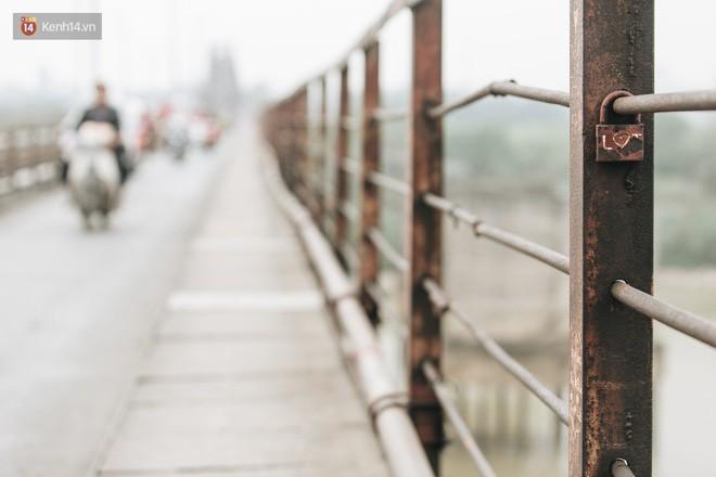 Những minh chứng tình yêu của các cặp đôi Hà Nội đang giết chết cầu Long Biên như thế nào? - Ảnh 21.