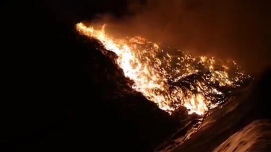 Cháy lớn tại khu xử lý rác, khói bốc cao hàng chục mét - Ảnh 1.