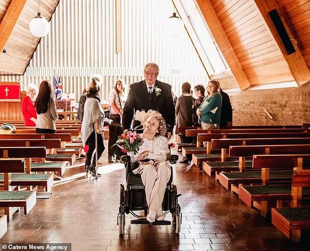 Cầu hôn mỗi năm 1 lần suốt hơn 40 năm, cuối cùng cụ ông cũng được người yêu ngỏ lời ngược lại ở tuổi thất thập cổ lai hy - Ảnh 2.