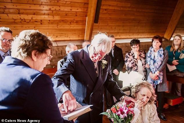 Cầu hôn mỗi năm 1 lần suốt hơn 40 năm, cuối cùng cụ ông cũng được người yêu ngỏ lời ngược lại ở tuổi thất thập cổ lai hy - Ảnh 3.