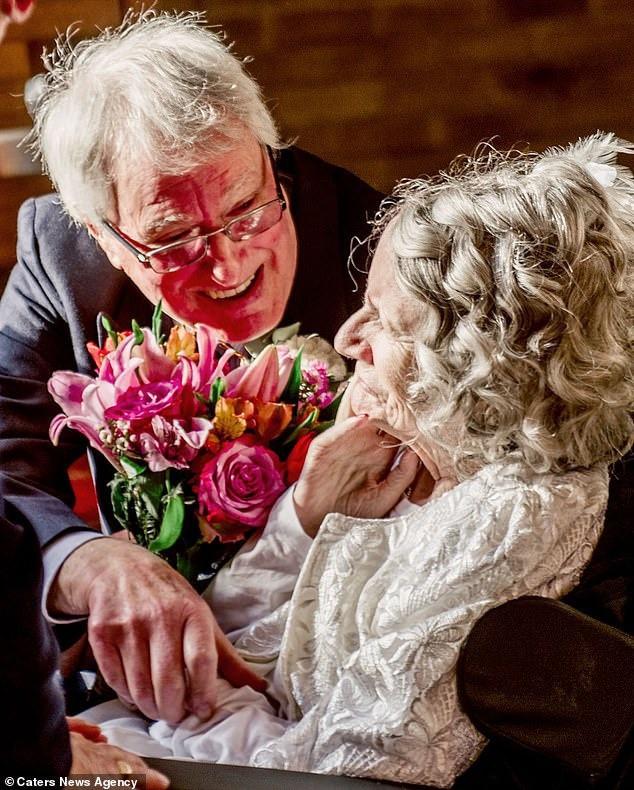 Cầu hôn mỗi năm 1 lần suốt hơn 40 năm, cuối cùng cụ ông cũng được người yêu ngỏ lời ngược lại ở tuổi thất thập cổ lai hy - Ảnh 5.
