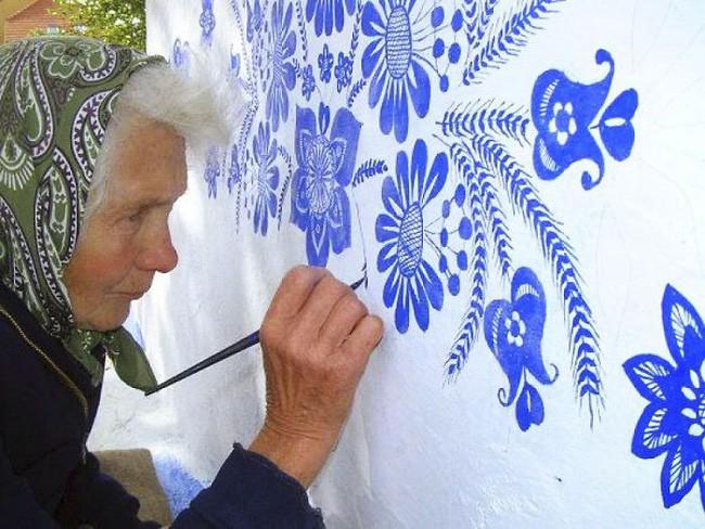 90 tuổi ở nhà chán chẳng biết làm gì, cụ bà đem bút ra tô màu cho cả ngôi làng khiến ai nhìn thấy cũng nể - Ảnh 1.