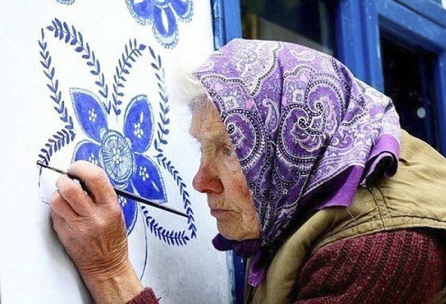 90 tuổi ở nhà chán chẳng biết làm gì, cụ bà đem bút ra tô màu cho cả ngôi làng khiến ai nhìn thấy cũng nể - Ảnh 2.