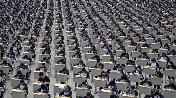 Một nghìn lẻ một kiểu chống gian lận thi cử ở các trường học thế giới - Ảnh 2.