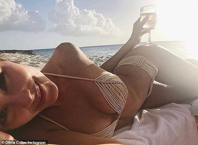Hoa hậu Hoàn vũ Olivia Culpo rực lửa với bikini đỏ ở biển Miami - Ảnh 13.