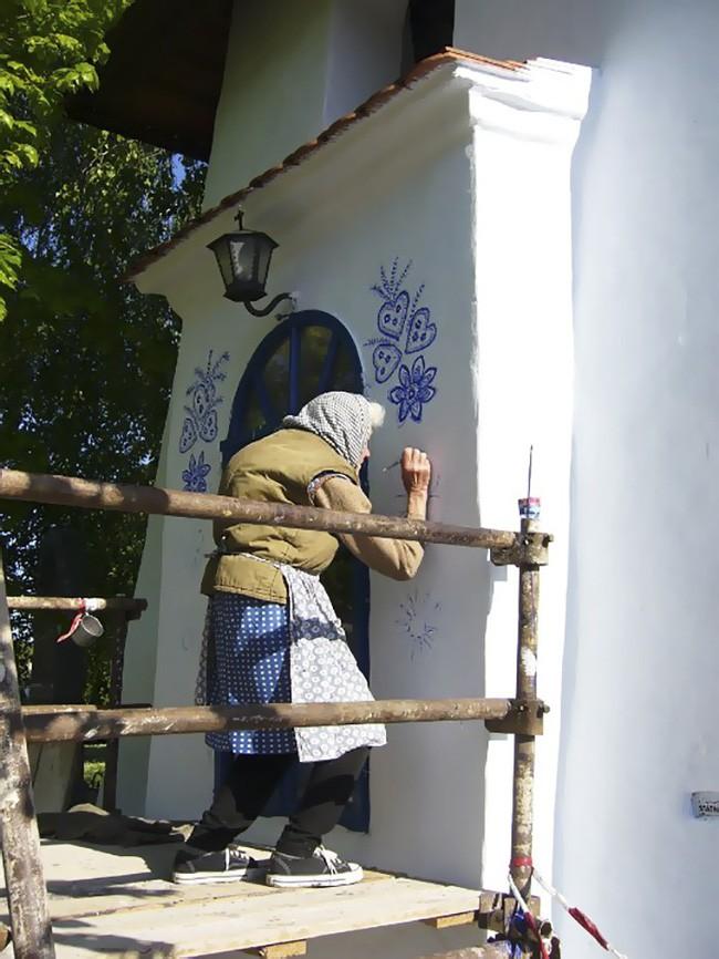 90 tuổi ở nhà chán chẳng biết làm gì, cụ bà đem bút ra tô màu cho cả ngôi làng khiến ai nhìn thấy cũng nể - Ảnh 3.