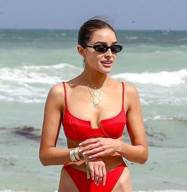Hoa hậu Hoàn vũ Olivia Culpo rực lửa với bikini đỏ ở biển Miami - Ảnh 3.