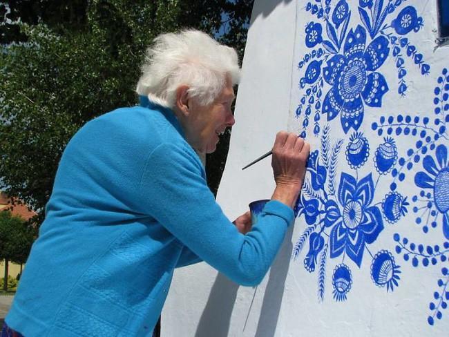 90 tuổi ở nhà chán chẳng biết làm gì, cụ bà đem bút ra tô màu cho cả ngôi làng khiến ai nhìn thấy cũng nể - Ảnh 6.