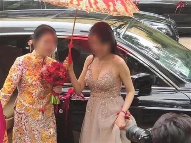 Cô dâu số nhọ bị phù dâu dìm triệt để trong ngày cưới, nhất là hành động của nhiếp ảnh gia càng khiến nữ chính thêm đáng thương - Ảnh 2.