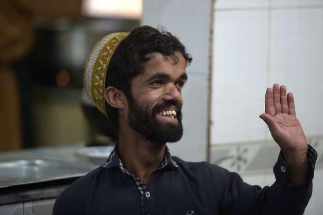 Anh bồi bàn Pakistan bất ngờ gây sốt vì có ngoại hình giống hệt tài tử 1,35 mét trong Game Of Thrones - Ảnh 4.