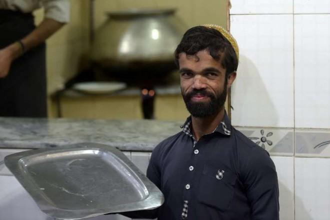 Anh bồi bàn Pakistan bất ngờ gây sốt vì có ngoại hình giống hệt tài tử 1,35 mét trong Game Of Thrones - Ảnh 6.