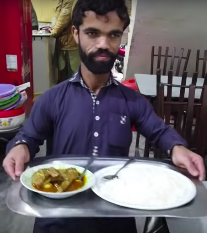 Anh bồi bàn Pakistan bất ngờ gây sốt vì có ngoại hình giống hệt tài tử 1,35 mét trong Game Of Thrones - Ảnh 7.