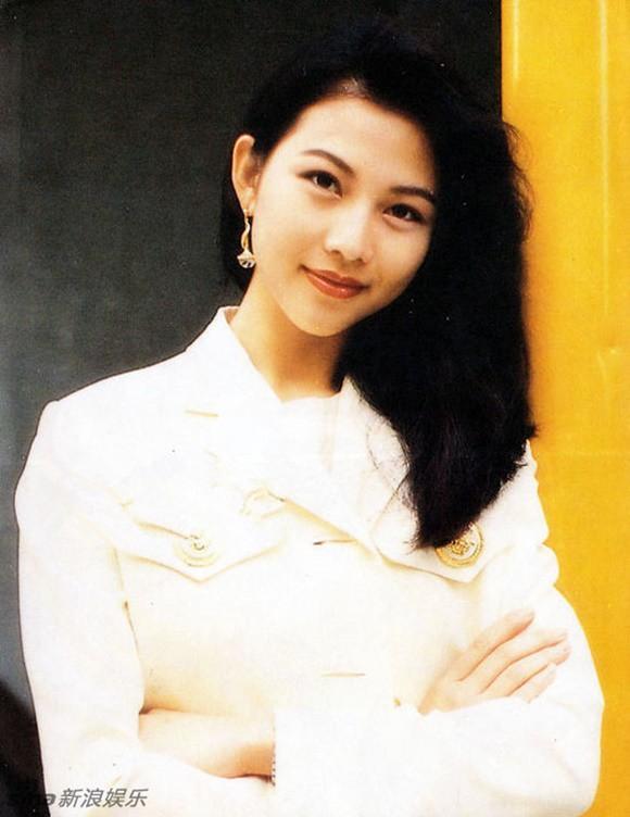Tỷ phú phong lưu nhất Hong Kong: Chuyên săn mỹ nhân, U70 lấy thêm vợ đẹp kém 30 tuổi - Ảnh 6.