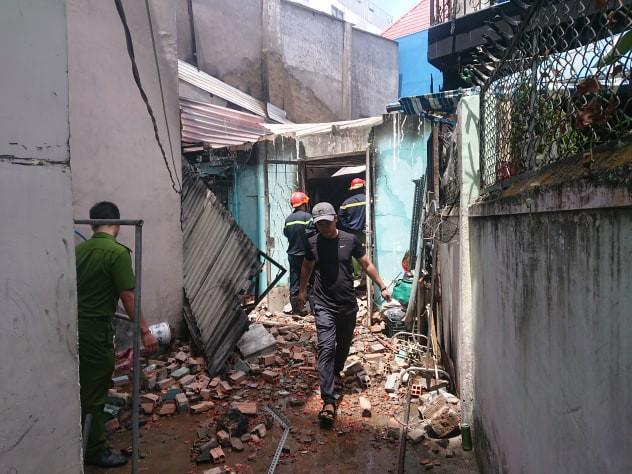 Bà lão khóc ngất khi thấy 2 căn nhà chìm trong biển lửa giữa trưa nắng Sài Gòn - Ảnh 1.