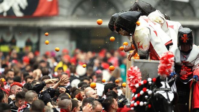 Lễ hội ném cam kỳ lạ ở Italy - Ảnh 1.