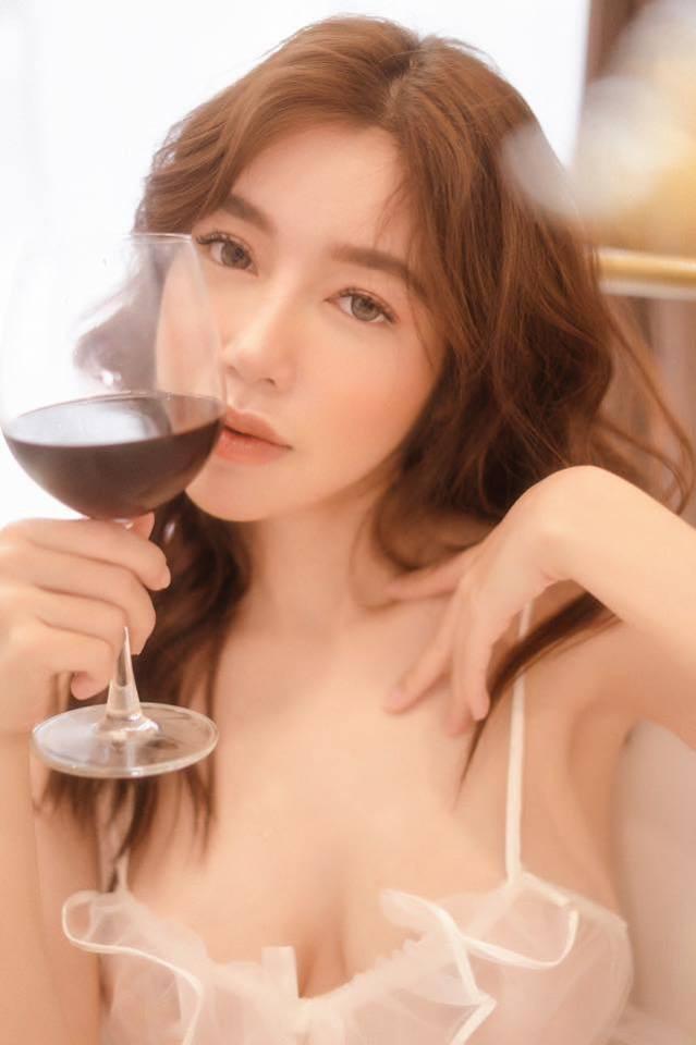 Táo bạo với loạt ảnh bịt mắt, Elly Trần không phải nắng cũng tiếp tục thiêu đốt mạng xã hội - Ảnh 3.
