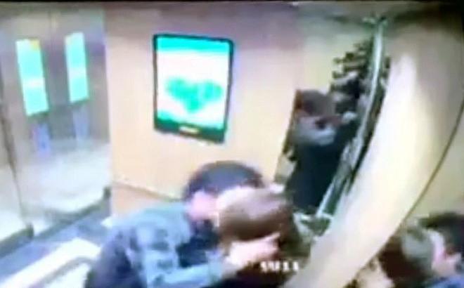 Cô gái tố bị gã đàn ông ép hôn trong thang máy chung cư ở Hà Nội - Ảnh 1.