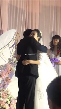 Cô dâu chú rể lu mờ trong đám cưới, mọi sự chú ý đều đổ dồn vào nhan sắc đặc biệt của người này - Ảnh 1.