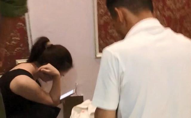 Vụ cô giáo bị tố vào khách sạn cùng nam sinh lớp 10: Nạn nhân là nam hay nữ thì đều phạm tội - Ảnh 1.