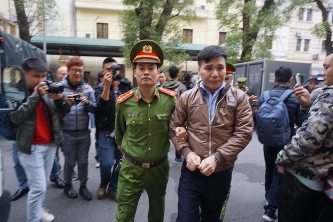 Hình ảnh ca sĩ Châu Việt Cường xuất hiện tại tòa sau 1 năm tạm giam - Ảnh 3.