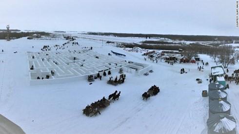 Choáng với mê cung tuyết lớn nhất thế giới rộng gần 2.800 mét vuông - Ảnh 1.