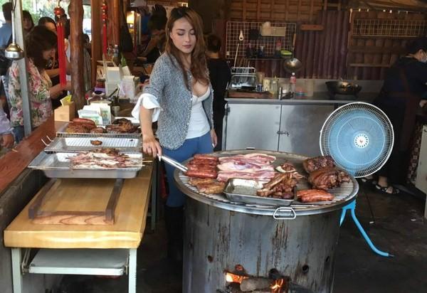 Cô nàng bán đồ nướng nóng bỏng nhất Đài Loan khiến dân tình phát sốt - Ảnh 1.