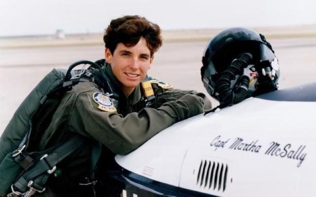 Nữ phi công Mỹ tiết lộ chuyện bị cưỡng hiếp khi tại ngũ - Ảnh 1.