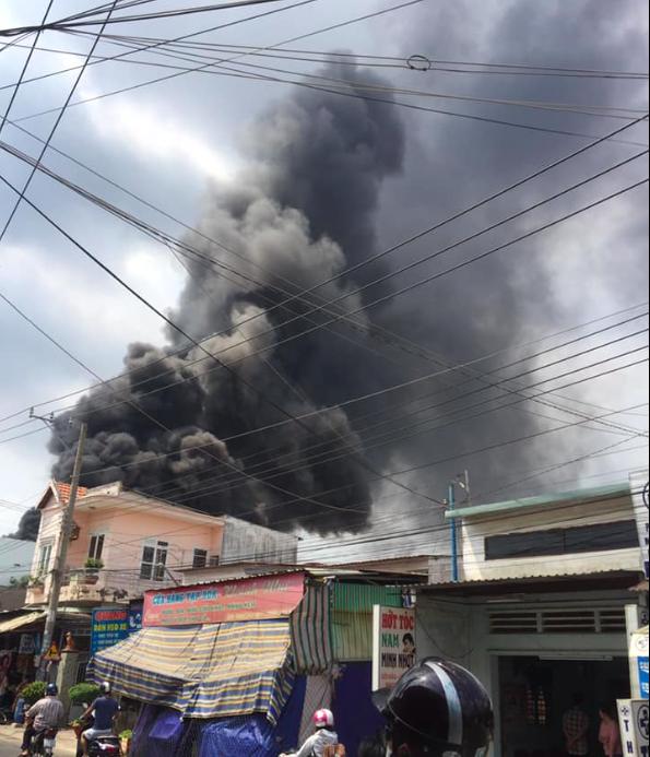 Đang cháy lớn ở Bình Dương, nhiều học sinh di dời khẩn cấp - Ảnh 6.