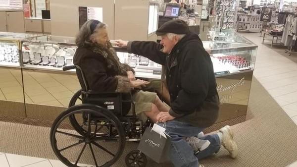 Cụ ông 84 tuổi cầu hôn lại vợ sau 63 năm chung sống - Ảnh 1.