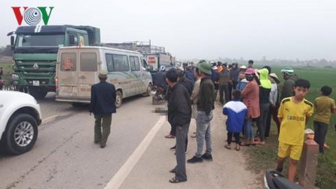 Thanh Hóa: Va chạm với xe tải, 2 bố con tử vong - Ảnh 2.