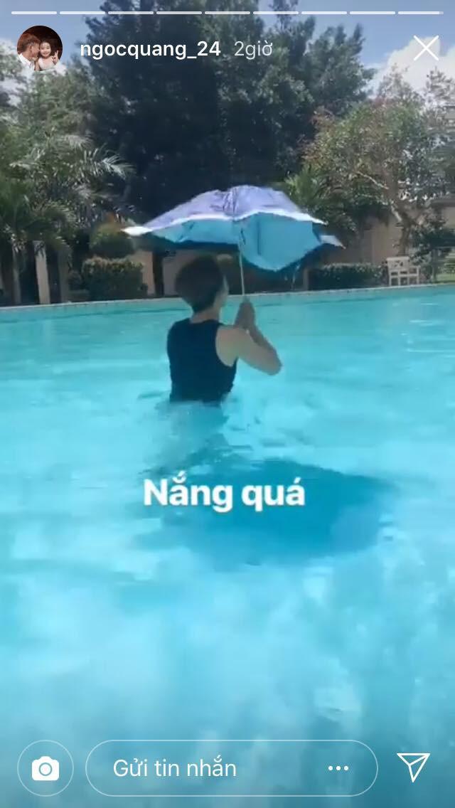 Hài hước: cựu tuyển thủ U23 Việt Nam gây cười với màn bơi lội cùng ô cực đáng yêu - Ảnh 2.