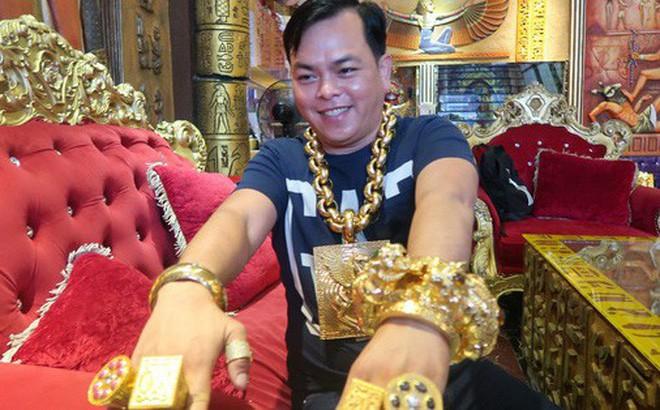Đại gia đeo nhiều vàng nhất Việt Nam Phúc XO vừa bị công an tạm giữ hình sự là ai? - Ảnh 1.